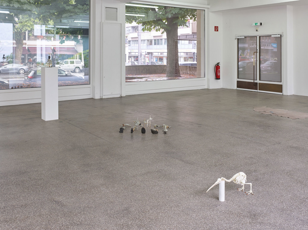 6.-Sam-Anderson_Big-Bird_Kölnischer-Kunstverein_Installation-view_Pregnant-Kiwi-Skeleton,-Untitled-busts-&-coal-arrangment,-Darkness_Copyright-the-artist-and-mother's-tankstation-Dublin_London
