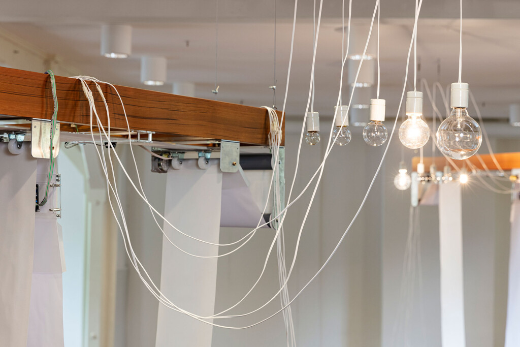 7.-YM_I_O-(I-Oslo)_-Atelier-Nord_Installation-view_Left_Detail_Wires,-lightbulbs_Tor-S.-Ulstein-_-KUNSTDOK_Copyright-the-artist-and-mother's-tankstation-limited